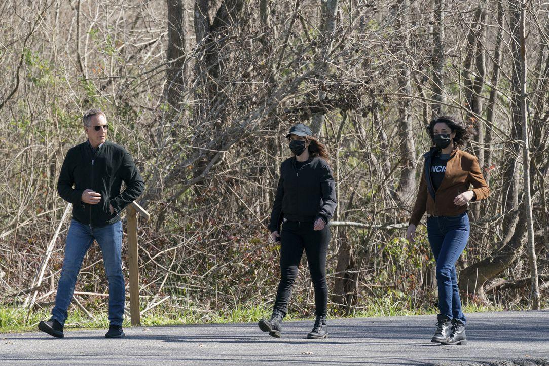 (v.l.n.r.) Dwayne Pride (Scott Bakula); Tammy Gregorio (Vanessa Ferlito); Hannah Khoury (Necar Zadegan) - Bildquelle: Sam Lothridge 2021 CBS Broadcasting Inc. All Rights Reserved. / Sam Lothridge