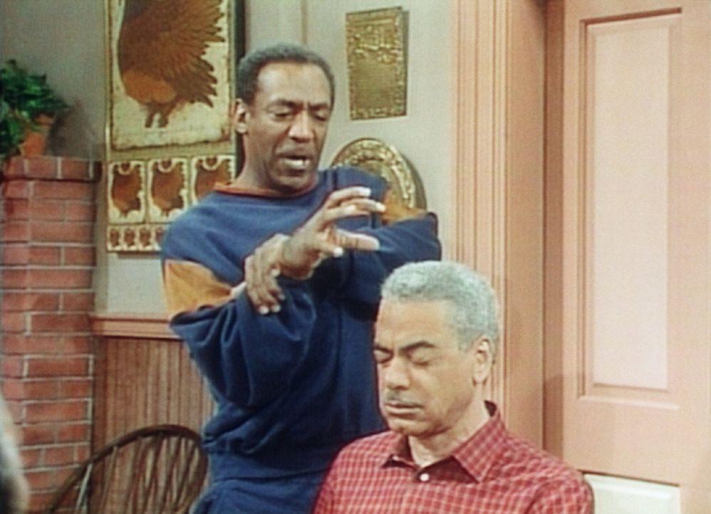 """Cliff (Bill Cosby, l.) muss als Verlierer nach dem Kartenspiel seinem Vater Russell (Earle Hyman, r.), einem alten Brauch folgend, """"die Haare wasche... - Bildquelle: Viacom"""