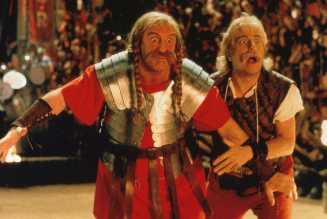 Um den Druiden zu befreien, müssen sich Asterix (Christian Clavier, r.) und Obelix (Gérard Depardieu, l.) in die Höhle des Löwen begeben ... - Bildquelle: Constantin Film