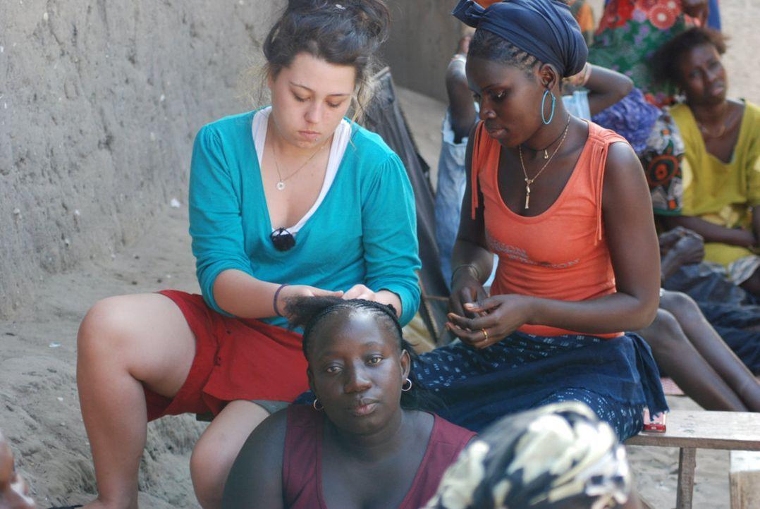 Jessika (l.) macht ihrer Gastmutter Adele (vorne) die Haare. - Bildquelle: kabel eins