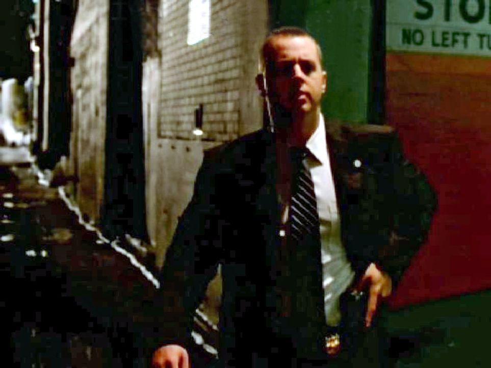 In einer dunklen Seitenstraße fordert McGee (Sean Murray) einen Verdächtigen auf, sich auszuweisen. Als dieser in seine Jackentasche greift, befü... - Bildquelle: CBS Television