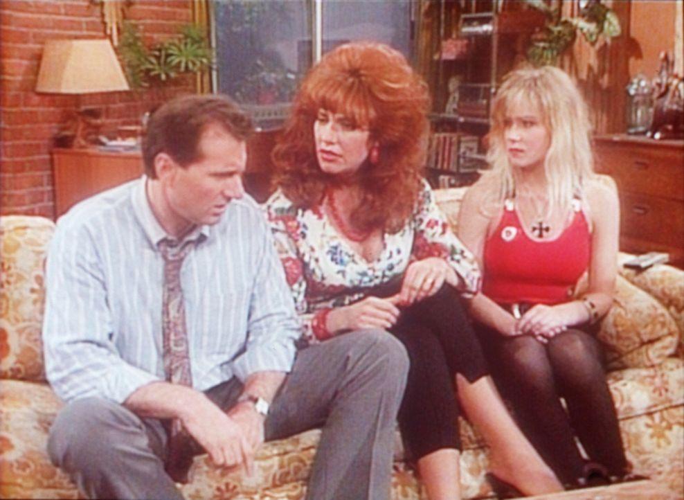 Peggy (Katey Sagal, M.) verlangt ein Machtwort von Al (Ed O'Neill, l.), denn Kelly (Christina Applegate, r.) droht schon wieder sitzenzubleiben. - Bildquelle: Columbia Pictures