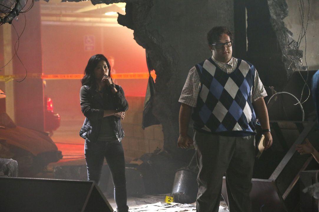 Kommen Happy (Jadyn Wong, l.) und Sylvester (Ari Stidham, r.) mit ihrer Hilfe zu spät? - Bildquelle: Michael Yarish 2014 CBS Broadcasting, Inc. All Rights Reserved / Michael Yarish