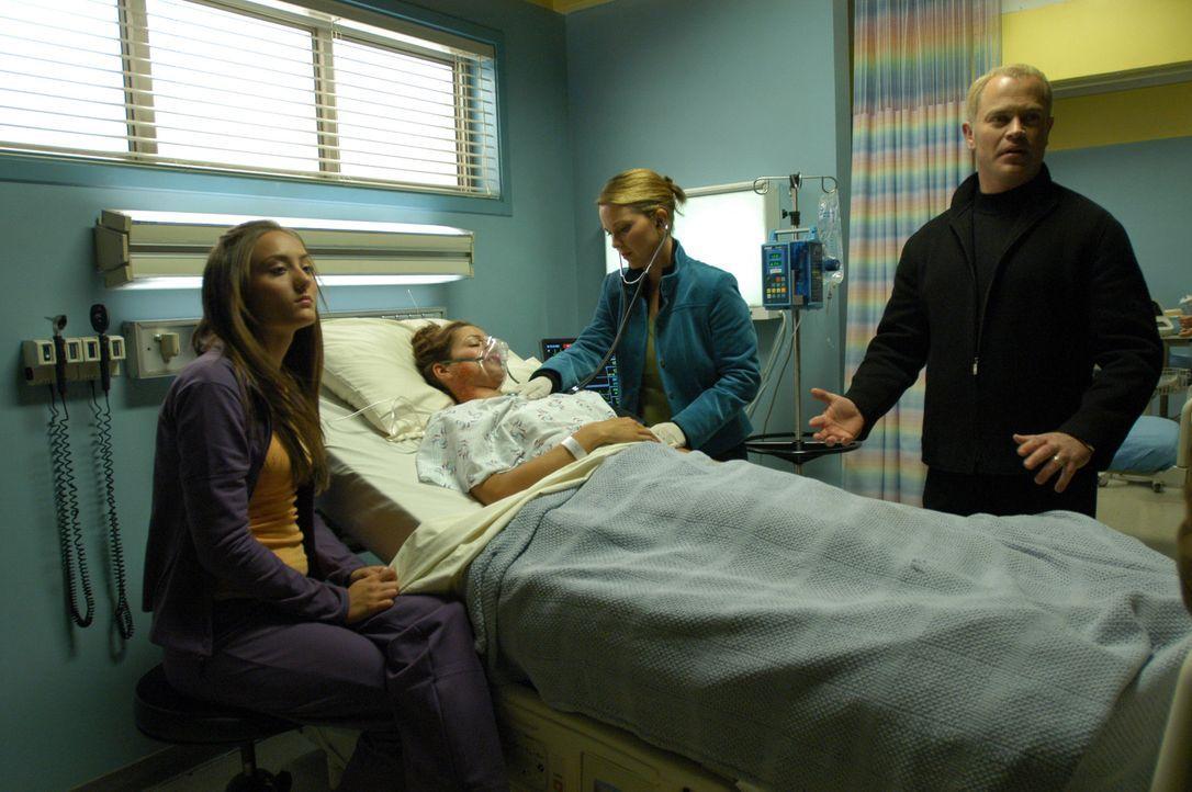 Connor (Neal McDonough, r.), Natalie (Kelli Williams, 2.v.r.) und Sudie (Lauren Mayhem, l.) bangen um Beths (Katrina Nelson, 2.v.l.) Leben ... - Bildquelle: CBS Television