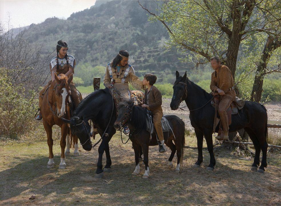 Bessie (Nada Kasapic, l.); Winnetou (Pierre Brice, 2.v.l.); Old Shatterhand (Lex Barker, r.) - Bildquelle: BetaFilm
