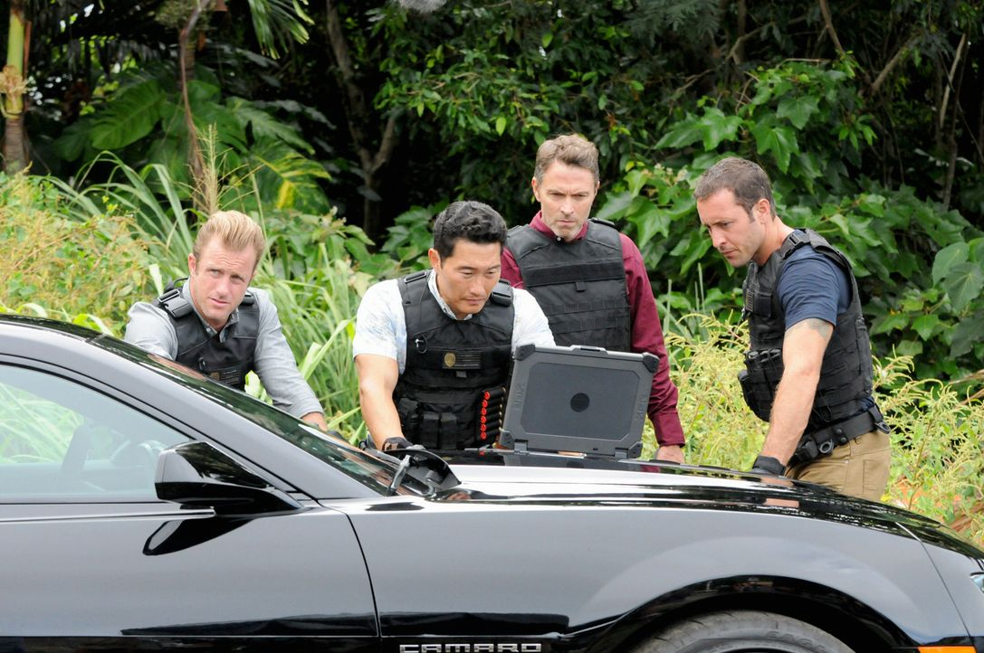 Während Adam und Kono um ihr Leben kämpfen, ermitteln Danny (Scott Caan, l.), Chin (Daniel Dae Kim, 2.v.l.) und Steve (Alex O'Loughlin, r.) in einem... - Bildquelle: 2013 CBS BROADCASTING INC. All Rights Reserved.