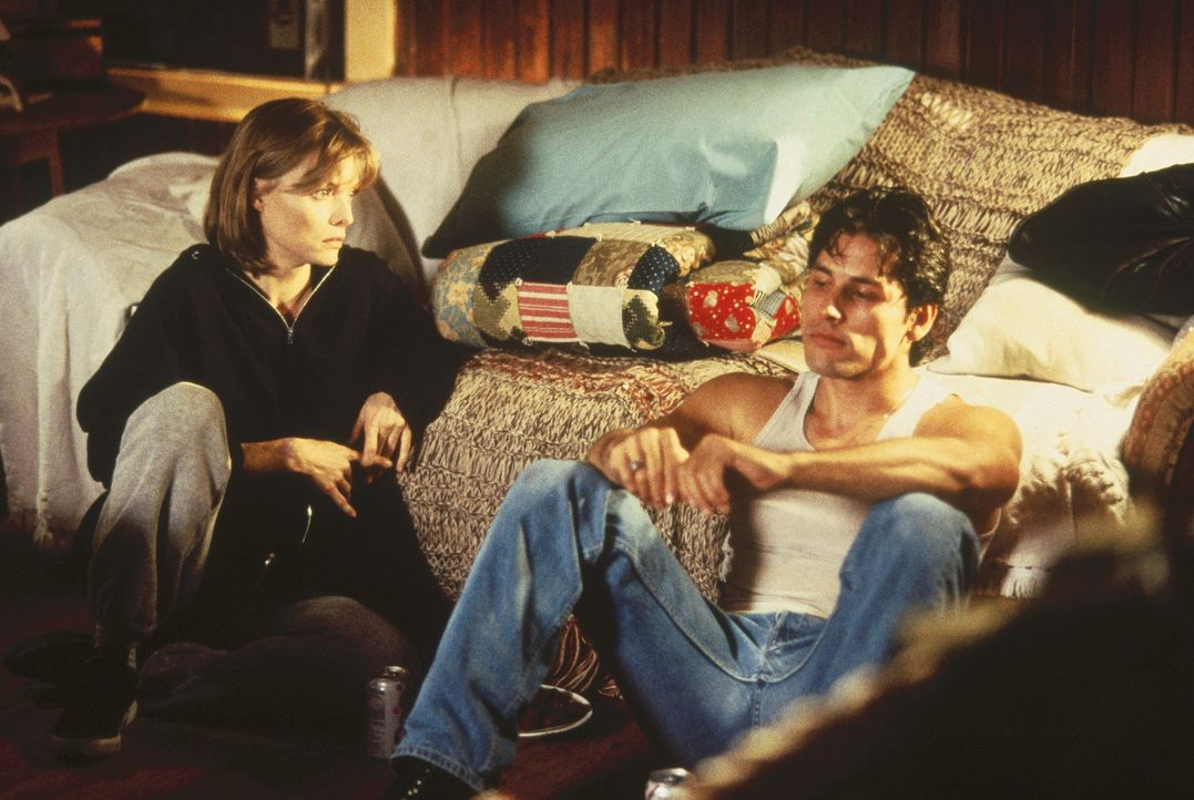 Endlich lässt der frustrierte Emilio Ramirez (Wade Dominguez, r.) LouAnne Johnson (Michelle Pfeiffer, l.) an sich heran und erzählt ihr von seinen... - Bildquelle: Hollywood Pictures