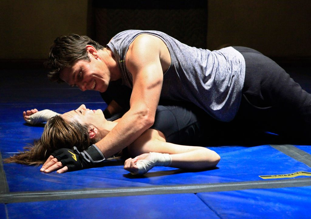 Kommen sich Kate Beckett (Stana Katic, l.) und ihr Kollege Det. Tom Demming (Michael Trucco, r.) beim Training näher? - Bildquelle: ABC Studios