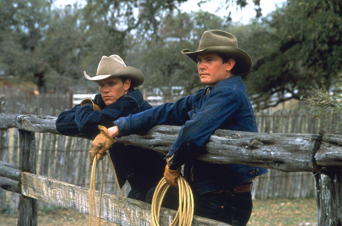 Nach dem Tod seines Großvater entflieht John Grady Cole (Matt Damon, l.) gemeinsam mit seinem Freund Lacey Rawlins (Henry Thomas, r.) der texanisch... - Bildquelle: Sony Pictures Entertainment