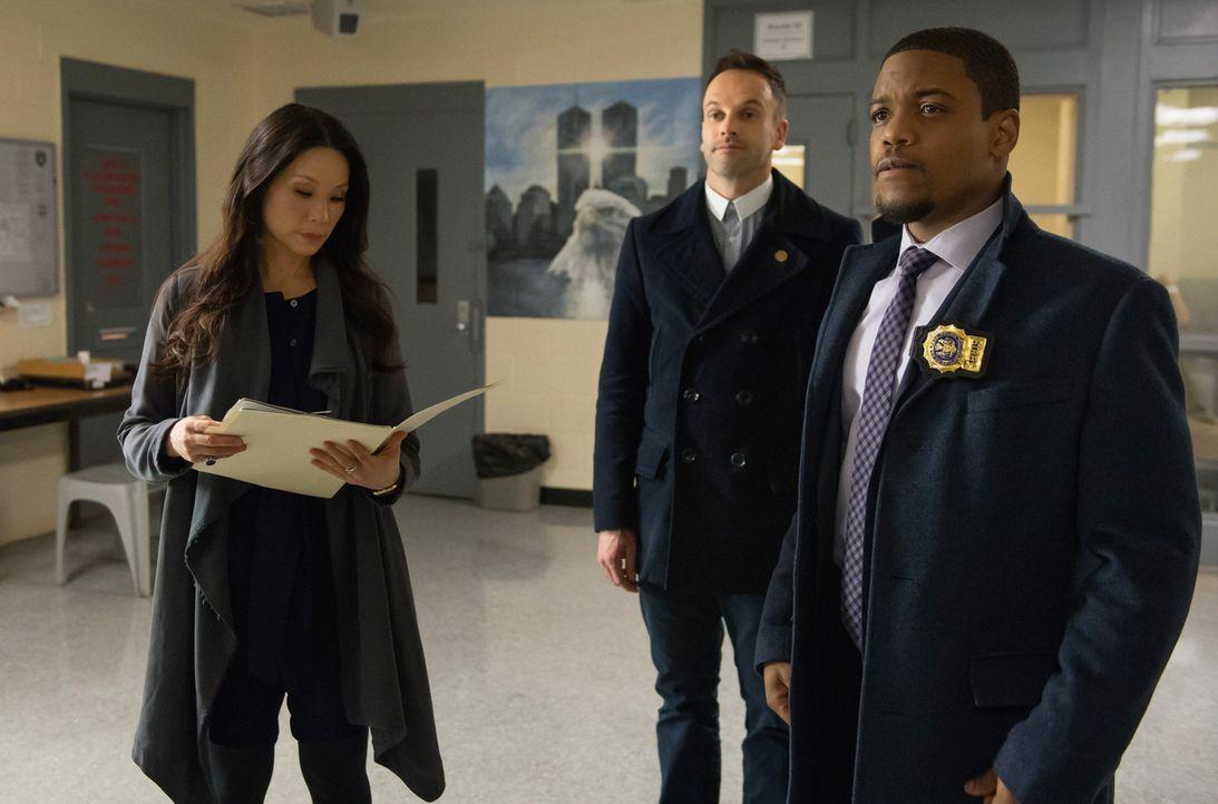 Nach dem Mord an einem Richter nehmen Holmes (Jonny Lee Miller, M.), Watson (Lucy Liu, l.) und Detective Bell (Jon Michael Hill, r.) die Ermittlunge... - Bildquelle: CBS Television