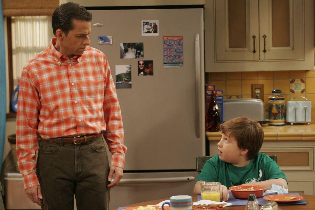 Ahnen nicht, dass es Berta auf Alans Zimmer abgesehen hat: Jake (Angus T. Jones, r.) und Alan (Jon Cryer, l.) ... - Bildquelle: Warner Brothers Entertainment Inc.