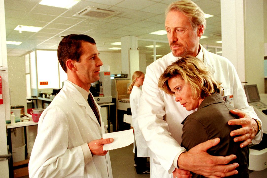 Werner Nielsen (Reiner Schöne, M.), Chef des Virus-Labors ASL, tröstet Sonja (Ann-Kathrin Kramer, r.). Sein Assistent Arnold (Georg Prang, l.) ist... - Bildquelle: Diane Krüger Sat.1