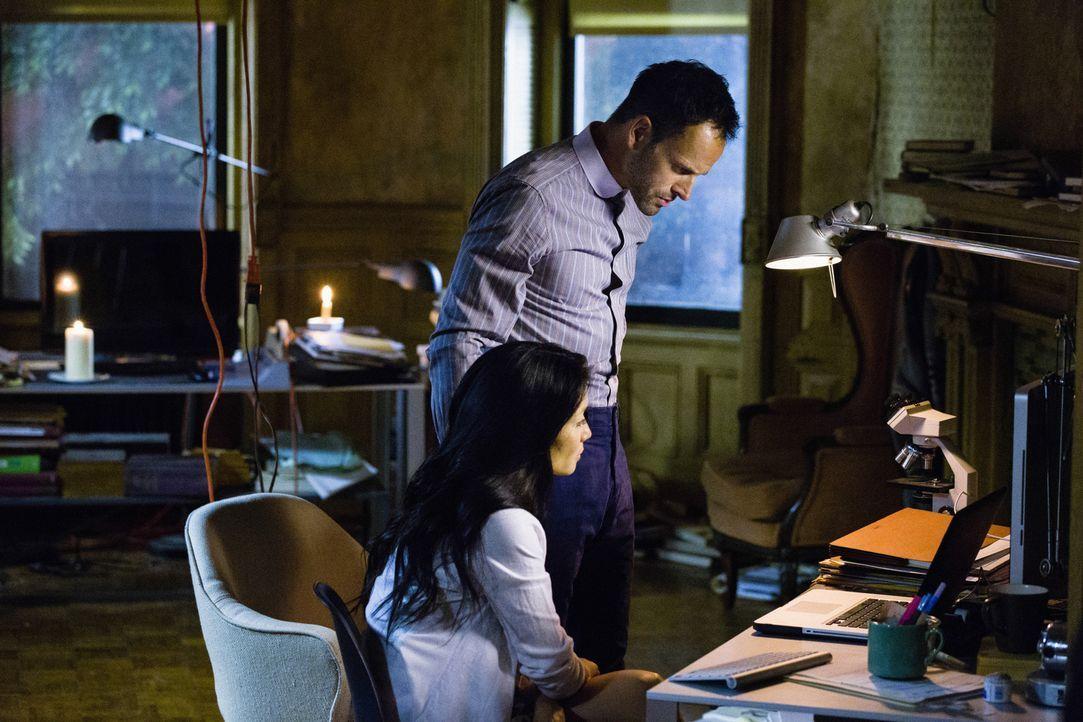 Geben alles, um einen neuen Fall zu lösen: Sherlock Holmes (Jonny Lee Miller, r.) und Joan Watson (Lucy Liu, l.) ... - Bildquelle: CBS Television