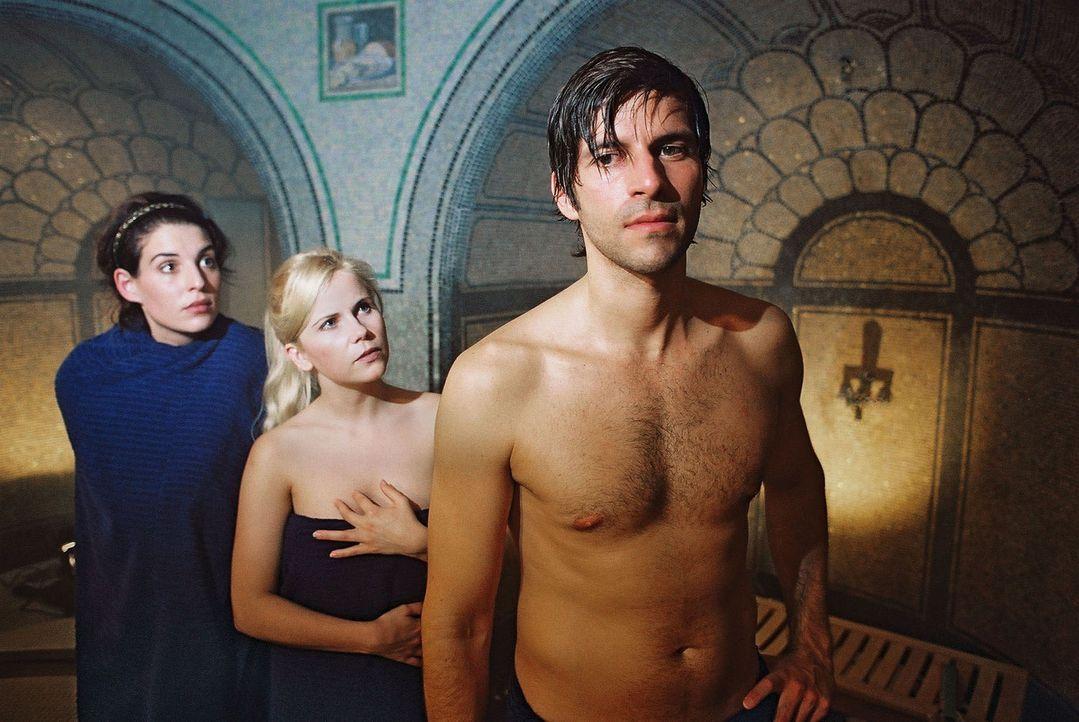 """Annabelle (Elena Uhlig, l.) trifft in der Sauna nicht nur ihren angebeteten Daniel (Pasquale Aleardi, r.), sondern auch dessen """"Bekannte"""" Yvonne (Mi... - Bildquelle: Gordon Mühle Sat.1"""