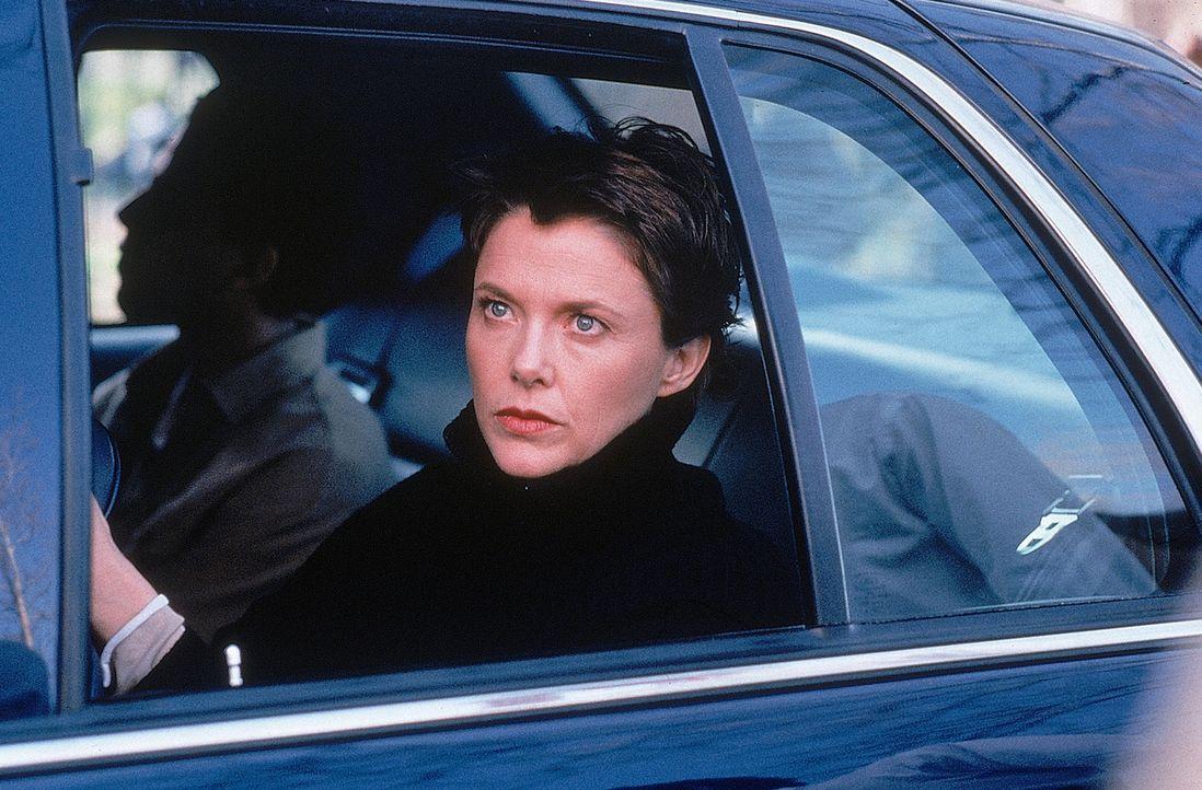 Nachdem der FBI-Agent Anthony Hubbard schlagkräftige Informationen erhält, kann CIA-Agentin Elise Kraft (Annette Bening, vorne) ihr Wissen nicht meh... - Bildquelle: 20th Century Fox International Television