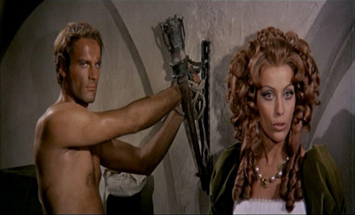 Kapitän Blacky (Terence Hill, l.) hat die schöne Isabel von einem verbündeten Kapitän ersteigert. Er kann ja nicht ahnen, dass es sich bei der schön... - Bildquelle: ACB Cinematografica und Capricornio Transcontinental Pictures