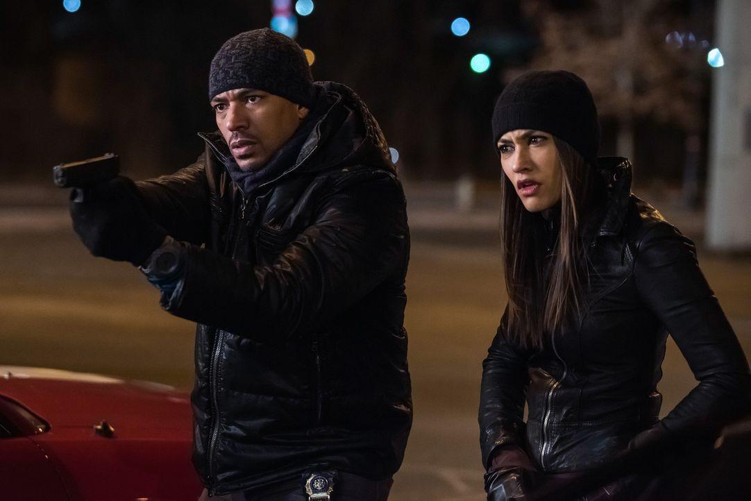 Müssen eine Bande von Bankräubern aufhalten, um einen Mordfall aufzulösen: Meredith (Janina Gavankar, r.) und Billy (Laz Alonso, l.) ... - Bildquelle: Warner Bros. Entertainment, Inc.