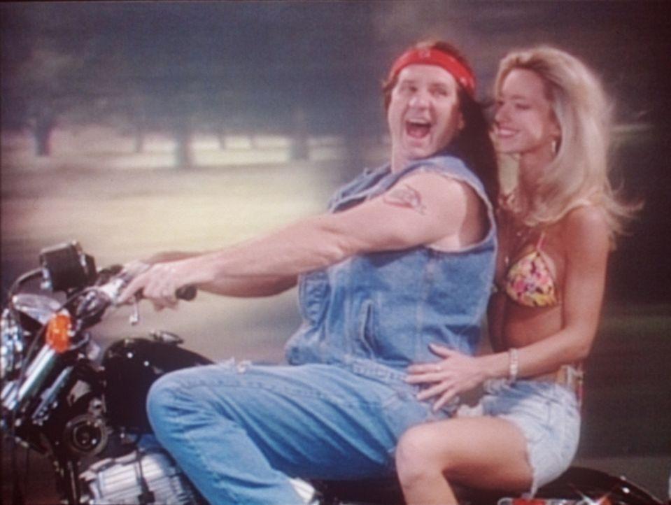 Al (Ed O'Neill, l.) träumt davon, mit einer scharfen Blondine als Rocker unterwegs zu sein. - Bildquelle: Columbia Pictures