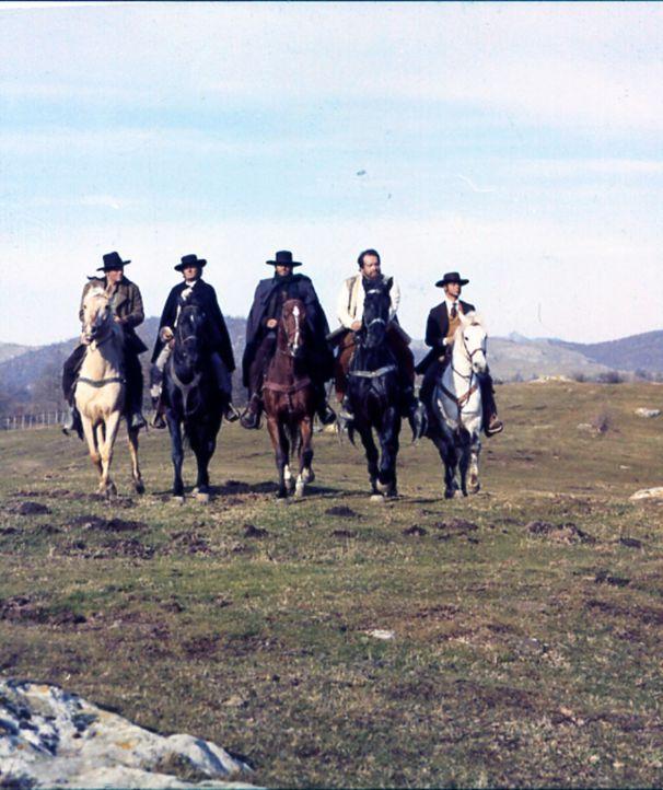 Stürzen sich in einen Kampf gegen den Bandenboss James Elfego: die Revolverhelden Jeff Milton (Wayde Preston, l.), Francis Moran (William Berger, 2....