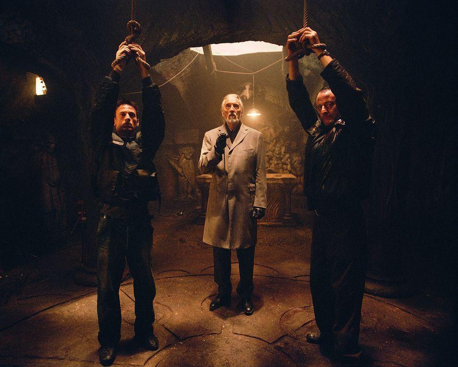 Erst spät erkennen Reda (Benoit Magimel, l.) und Kommissar Niemans (Jean Reno, r.), dass man Heinrich von Garten (Christopher Lee, M.) besser nicht... - Bildquelle: Tobis Film GmbH & Co. KG
