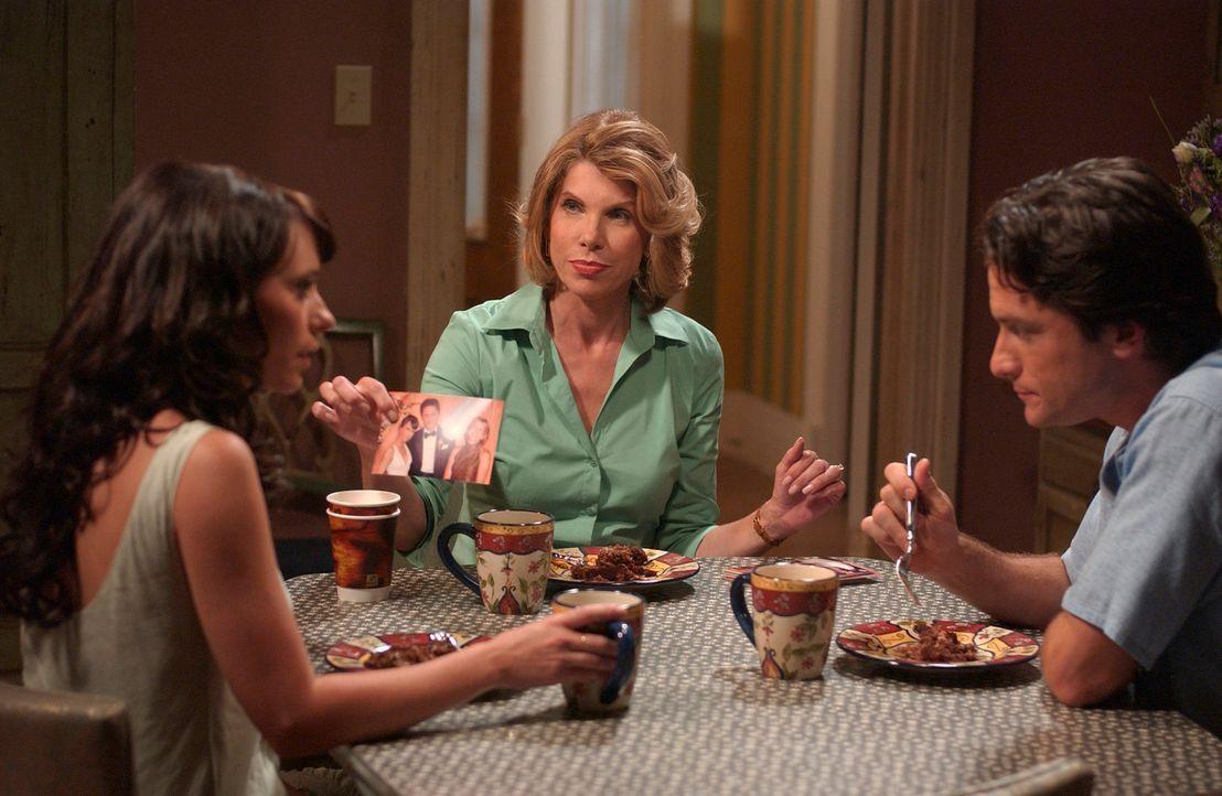 Jims (David Conrad, r.) Mutter Faith (Christine Baranski, M.) weiß nichts von Melindas (Jennifer Love Hewitt, l.) Fähigkeit mit den toten zu spreche... - Bildquelle: ABC Studios