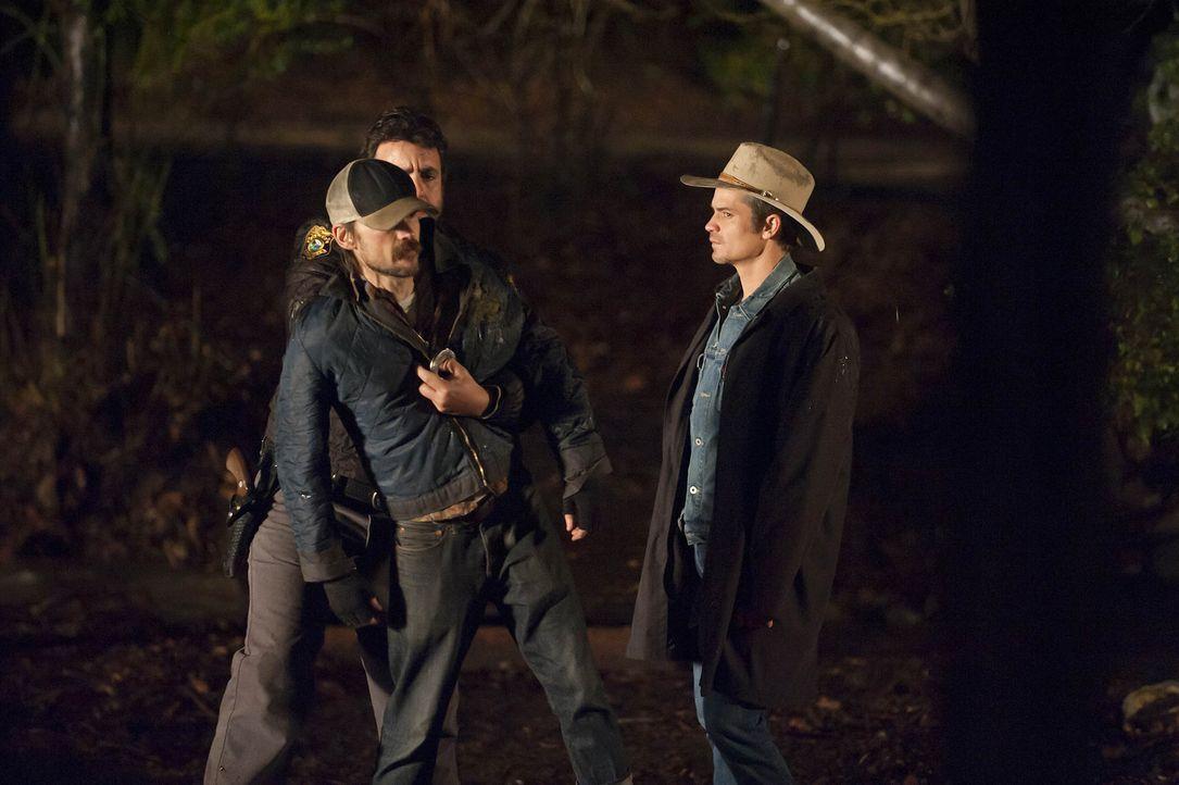 Doyle (Joseph Lyle Taylor, l.) führt Raylan Givens (Timothy Olyphant, r.) zu Dickie (Jeremy Davies, M.) der das Leben von Helen auf dem Gewissen ha...