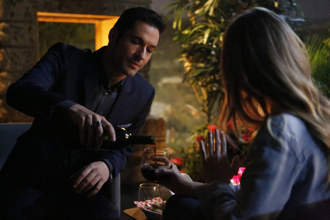 Während Lucifer (Tom Ellis) alles versucht, um Chloe glücklich zu machen, stoßen Amenadiel und Charlotte auf einen erstaunlichen Aspekt aus Gottes P... - Bildquelle: 2016 Warner Brothers
