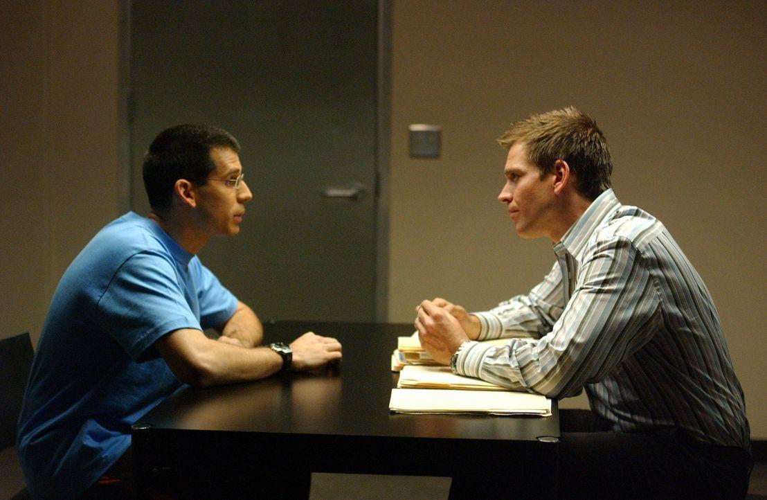 Simon (Jon Wellner, l.) wird wegen dem Mord an einem Studenten von Tony (Michael Weatherly, r.) verhört. Doch ist er überhaupt der Täter? - Bildquelle: CBS Television