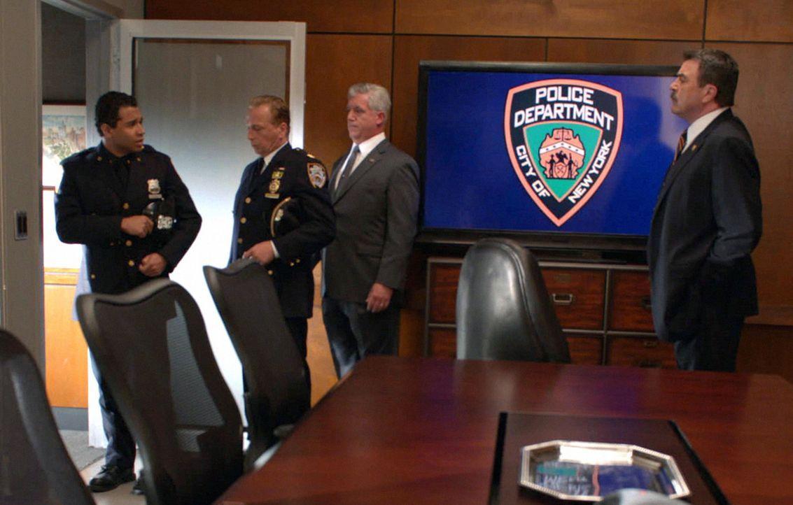 Nachdem der unerfahrene Polizist Blake (Corbin Bleu, l.) einen Unschuldigen erschießt, muss der Krisenstab versuchen, das Image der Polizei zu wahre... - Bildquelle: 2012 CBS Broadcasting Inc. All Rights Reserved.