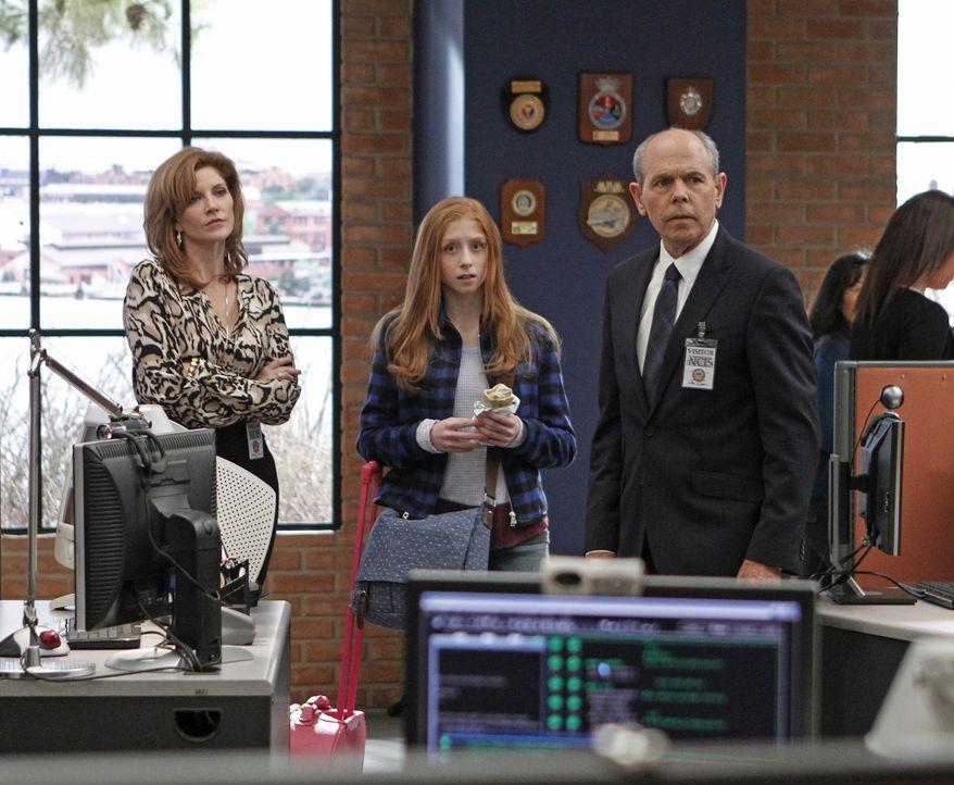 Ein neuer Fall betrifft Agent Fornells (Joe Spano, r.) und dessen Frau Diane Sterling (Melinda McGraw, l.) sowie Tochter Emily (Juliette Angelo, M.)... - Bildquelle: CBS Television