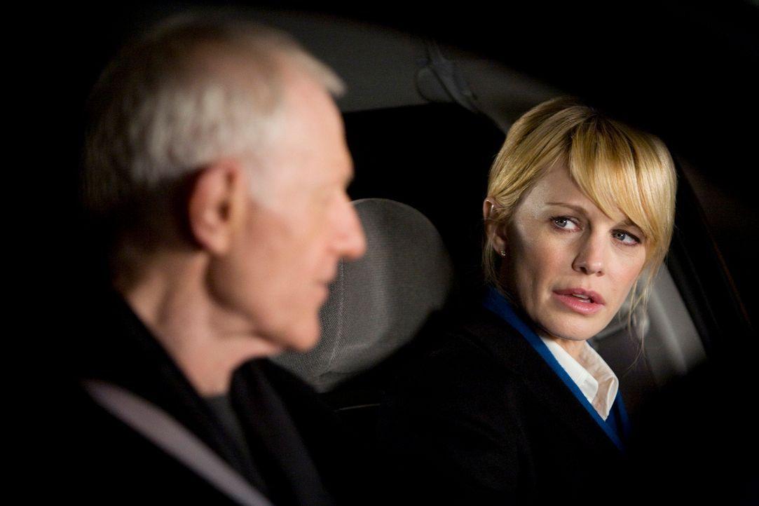 Lilly (Kathryn Morris, r.) hat das Gefühl, dass Paul (Raymond J. Barry, l.) ihr die Schuld für das Verschwinden seines Sohnes gibt.
