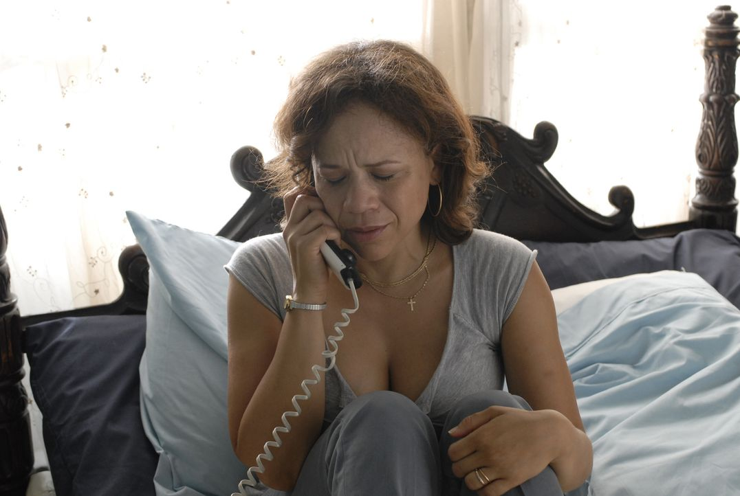 Will nicht glauben, dass ihr Mann ein Verbrecher ist: Marina (Rosie Perez) ... - Bildquelle: 2008 Boyle Heights, LLC. All Rights Reserved.