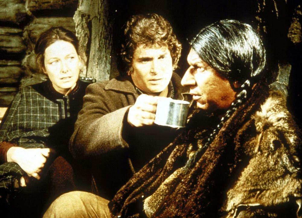 Charles (Michael Landon, M.) und Caroline (Karen Grassle, l.) bieten Jack Lame Horse (Robert Tessier, r.) heißen Tee an ... - Bildquelle: Worldvision