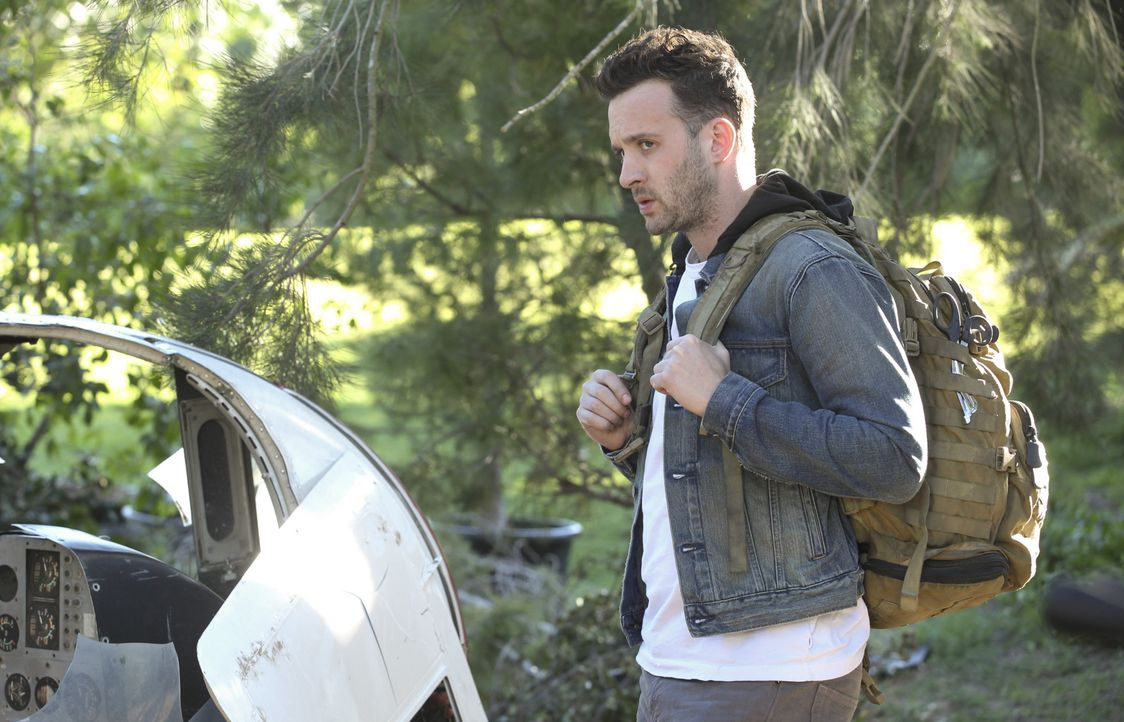Eigentlich sollte sich Toby (Eddie Kaye Thomas) um das Satellitentelefon kümmern, aber als der Helikopter abstürzt will er lieber etwas anderes besc... - Bildquelle: Sonja Flemming 2014 CBS Broadcasting, Inc. All Rights Reserved / Sonja Flemming