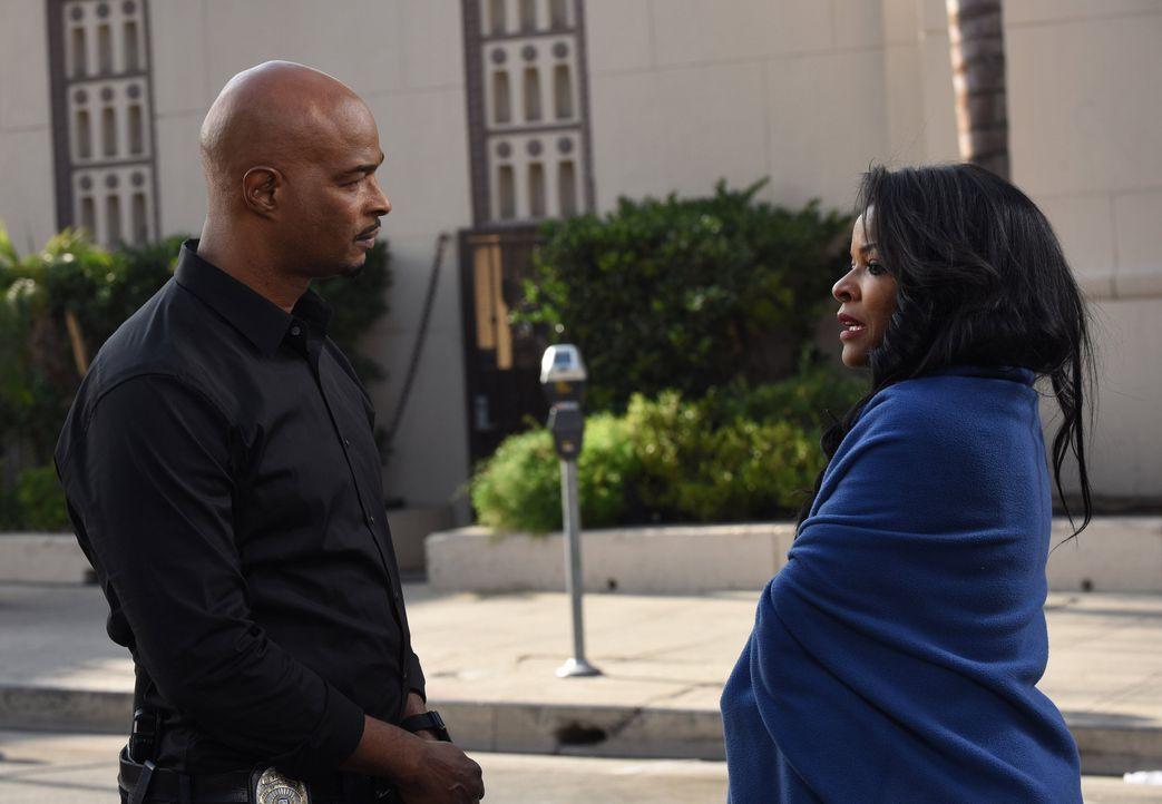 Nach ihrem Treffen mit Gene Nakahara, wird Murtaughs (Damon Wayans, l.) Frau Trish (Keesha Sharp, r.) Zeugin eines grausamen Mordanschlags ... - Bildquelle: Warner Brothers
