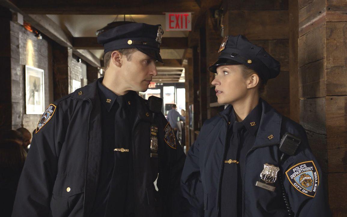 Als Jamie (Will Estes, l.) Eddie (Vanessa Ray, r.) nach einem Date mit blauen Flecken im Gesicht antrifft, glaubt er ihrer harmlosen Erklärung nicht... - Bildquelle: 2013 CBS Broadcasting Inc. All Rights Reserved.