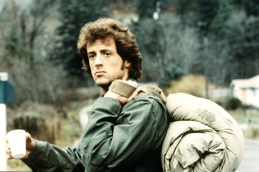 Als die Polizei Rambo (Sylvester Stallone) wegen Landstreicherei festnimmt, gelingt es dem gestählten Dschungelkämpfer, in die Berge zu fliehen. Imm... - Bildquelle: 1982 STUDIOCANAL. All Rights Reserved.