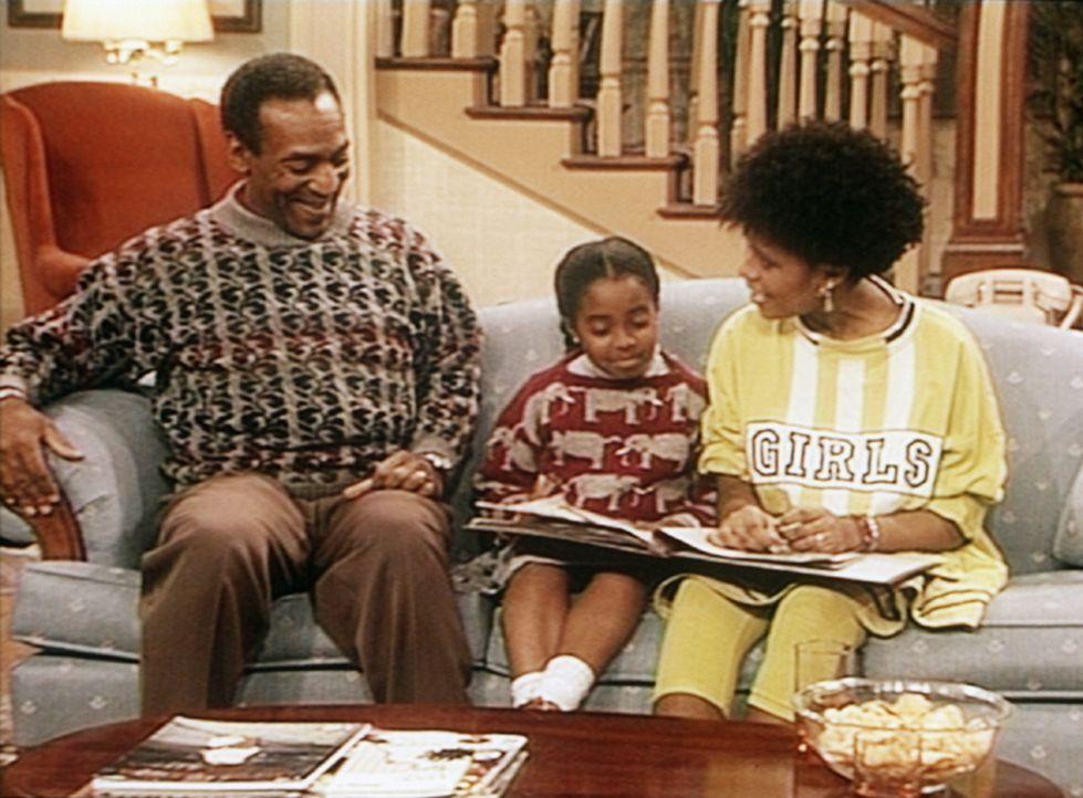 Endlich kann Cliff (Bill Cosby, l.) seinen Töchtern Vanessa (Tempsett Bledsoe, r.) und Rudy (Keshia Knight Pulliam, M.) einmal das Fotoalbum von se... - Bildquelle: Viacom
