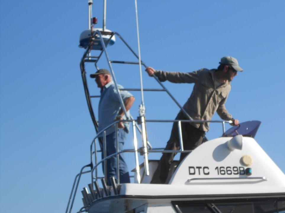 Meeresbiologe Collin Drake (r.) und Hai-Experte Brian McFarlane (l.) wollen die Ursache für das Verschwinden eines Fischerbootes im April 2013 vor d... - Bildquelle: Brian Girard / Kris Olson Discovery Channel