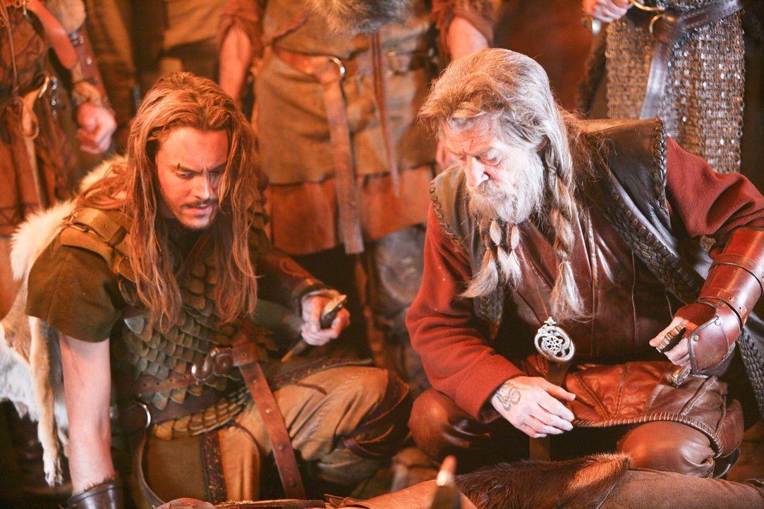 Müssen ein schier unbesiegbares, mörderisches Alien zur Strecke bringen: Wikingerprinz Wulfric (Jack Huston, l.) und König Rothgar (John Hurt, r.... - Bildquelle: Telepool