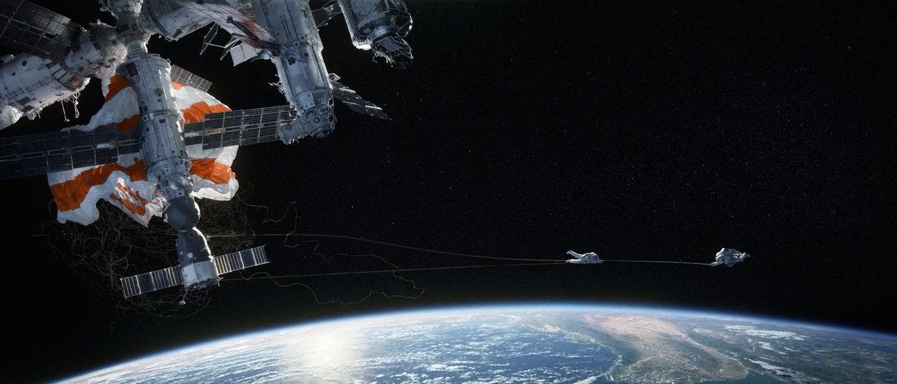 Nur ein dünnes Kabel verbindet Ryan (Sandra Bullock, l.) und Matt (George Clooney, r.) und bewahrt sie davor, alleine in den Weiten des Weltalls ver... - Bildquelle: Warner Brothers
