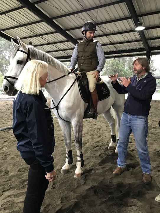 An der Pferde-Universität in Ecuador werden Carmen (l.) und Pferdeflüsterer Juan (r.) Teil eines Coachings ... - Bildquelle: kabel eins