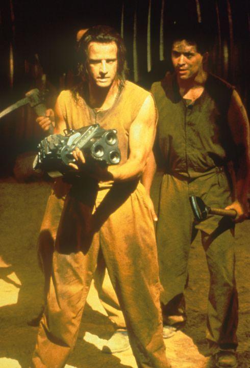 Als John (Christopher Lambert, l.) gemeinsam mit einer Handvoll Mitgefangener den Ausbruch plant, macht er eine erschreckende Entdeckung ... - Bildquelle: Dimension Films