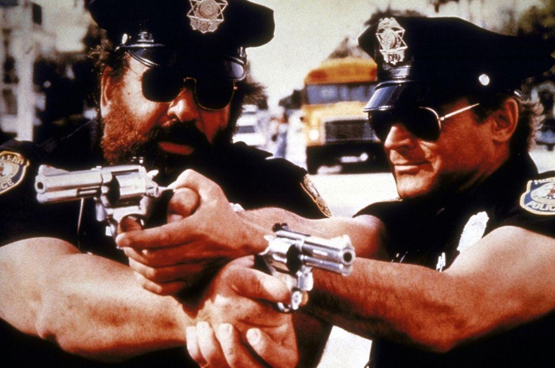 Die FBI-Agenten Steve Forrest (Bud Spencer, r.) und Doug Bennet (Terence Hill, l.) nehmen nach elf Jahren die Ermittlungen im Fall eines spektakulä...