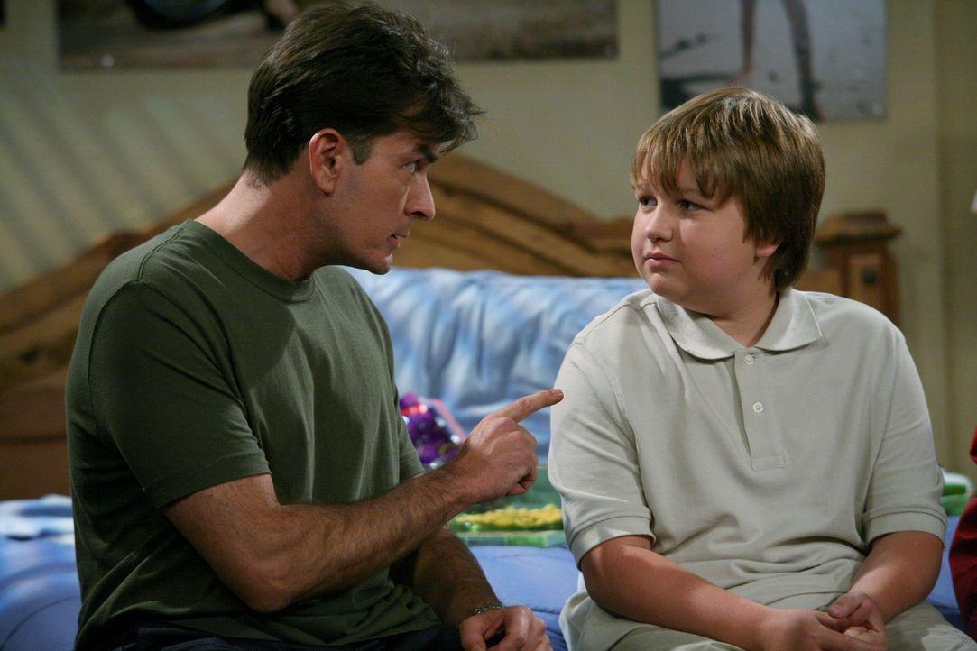 Als Jake (Angus T. Jones, r.) die Versetzung in die Junior High School geschafft hat, werden bei Charlie (Charlie Sheen, l.) und Alan Erinnerungen a... - Bildquelle: Warner Brothers Entertainment Inc.