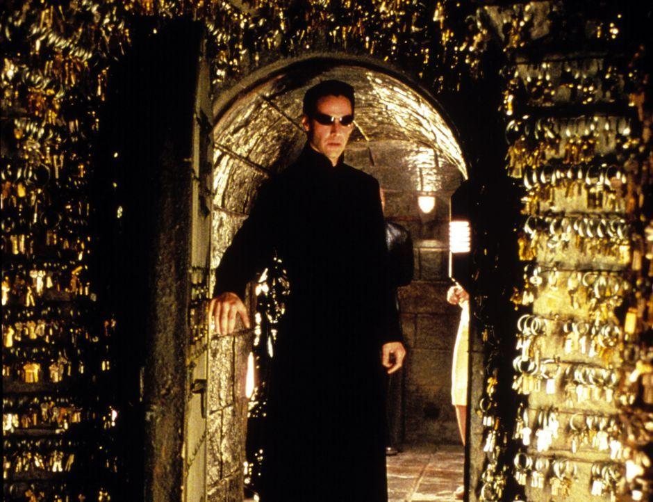 Um seinen Verstand aus den Fesseln der Matrix zu befreien, nimmt Neo (Keanu Reeves) den Kampf gegen die schier unbesiegbaren Mächte des Bösen auf ..... - Bildquelle: Warner Bros.