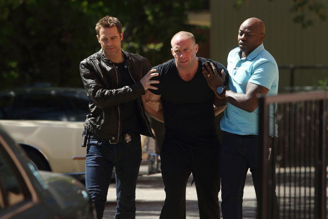 Was hat Mungo Golding (Gavin Fox, M.) mit dem Mord an dem widerlichen Hausverwalter Herman Strunk zu tun? Det. Aidan Black (David Sutcliffe, l.) und... - Bildquelle: BetaFilm