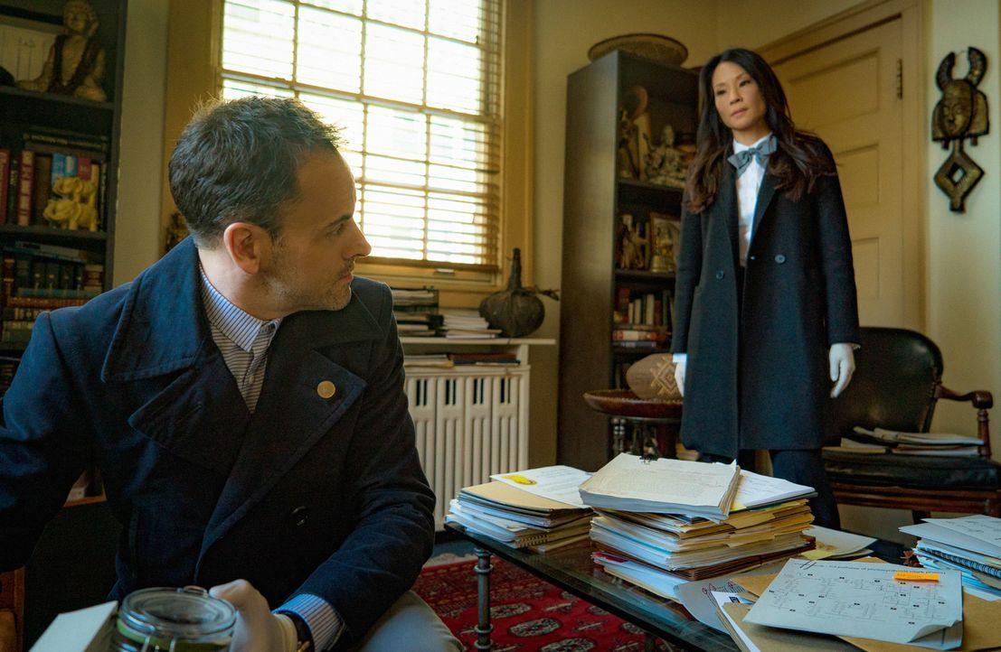 Müssen einen neuen Mordfall aufdecken: Sherlock Holmes (Jonny Lee Miller, l.) und Joan Watson (Lucy Liu, r.) ... - Bildquelle: Michael Parmelee 2015 CBS Broadcasting Inc. All Rights Reserved.