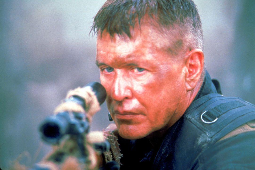 Schon bald wird Sergeant Thomas Beckett (Tom Berenger) klar, dass die Regierung ihn als Bauernopfer in einer noch größeren Operation missbraucht ... - Bildquelle: Columbia Pictures Corporation