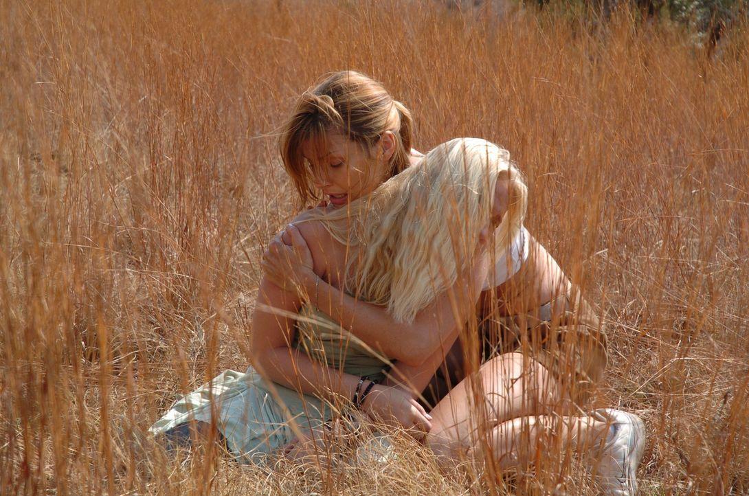 Im Unterholz lauert eine Meute heißhungriger Löwen auf Amy (Bridget Moynahan, l.) und ihre beiden Stiefkinder Jessica (Carly Schroeder, r.) und Davi...